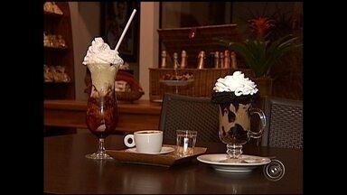 Consumo de café atinge 95% dos lares brasileiros - O consumo de café atinge 95% dos lares do país. Segundo a Associação Brasileira da Indústria do Café, o brasileiro consome quase cinco quilos de café torrado por ano.