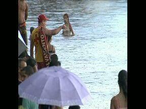 Começa a Operação Verão no Lago Igapó - Apesar das orientações dos Bombeiros, muita gente nadava no lago, em Londrina. No primeiro domingo de fiscalização, trinta carros foram multados, quinze acabaram guinchados.