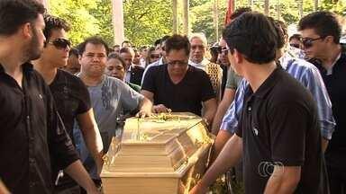 Corpo do pai do cantor Leonardo é enterrado em cemitério de Goiânia - Centenas de fãs, amigos e familiares participaram do sepultamento. Aos 78 anos, Avelino Costa morreu neste domingo em hospital da capital.