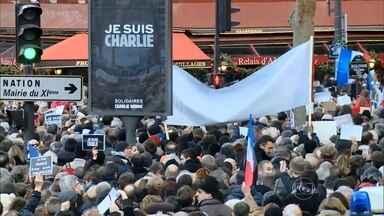 Policiais e militares se espalham por Paris para garantir a segurança - A ameaça à capital francesa ainda não acabou. Nesta segunda-feira (12), o primeiro-ministro disse que os terroristas mortos após o ataque tinham pelo menos um cúmplice. Essa pessoa está sendo caçada, assim como a namorada de um dos assassinos.