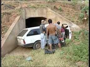 Três pessoas morrem em acidente na LMG-755 em Tumiritinga - O carro capotou e caiu em uma ribanceira.