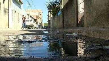Moradores de bairro de Vila Velha reclamam de esgoto a céu aberto, no ES - Moradores também reclamam que pagam valor alto de taxa de esgoto.