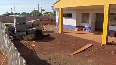 Pais reclamam de obras de creches paralisadas na capital - Em Campo Grande, os 100 Centros de Educação Infantil não consegue atender a demanda. A previsão é que 13 unidades sejam inauguradas em 2015