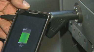 Metade de carregadores veiculares para celular são falsificados - Especialistas alertam que eles podem danificar carro.