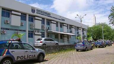 Tentativa de assalto a ônibus termina com um morto e um ferido no Recife - De acordo com a polícia, passageiro armado reagiu à investida de dois suspeitos e atirou contra eles.