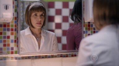 Lucrécia se prepara para revelar aos alunos que tem câncer - Jade não concorda que a mãe conte a verdade para o pessoal da Ribalta