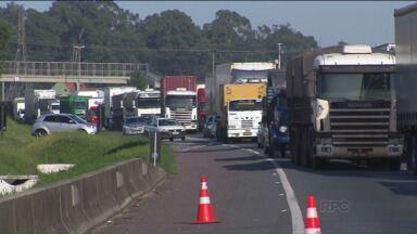 Acidente e reformas deixam rodovias congestionadas no Paraná - Um caminhão carregado com botijões de gás tombou hoje (12) a tarde no Contorno Leste, e uma reforma na BR-277 está prevista para começar nesta terça-feira (13).