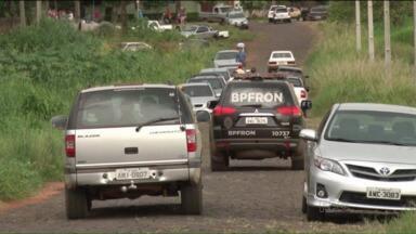 Suspeitos invadem sítio no interior e trocam tiros com o dono da propriedade - Cinco suspeitos invadiram a propriedade rural, sendo que dois deles morreram na troca de tiros com o dono do sítio e um morreu ao enfrentar a polícia.