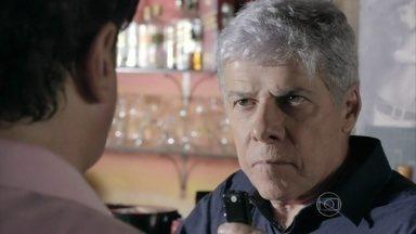 Cláudio revela que usou Felipe para descobrir os crimes de Enrico - O rapaz afirma que só estava tentando proteger o filho do cerimonialista