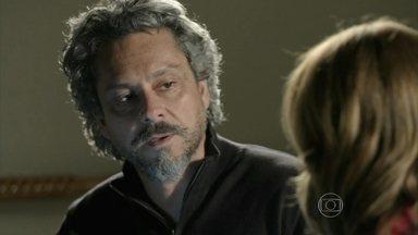 Zé desconfia que Maurílio seja o responsável pelo sumiço do dinheiro - Vilão entrega dinheiro para Marta pagar a fiança de Zé Pedro