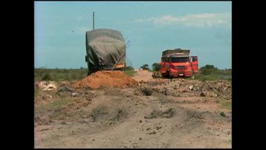 Caminhão atola em estrada e travessia na balsa de Santa Isabel é suspensa - Estrada dá acesso à BR-471.