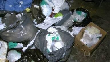 Duas pessoas são presas após descartar lixo hospitalar no Méier - Garis que se feriram com seringas usadas denunciaram à polícia. Imagens divulgadas pela polícia civil, mostram um funcionário do hospital passando com um saco de lixo hospitalar.