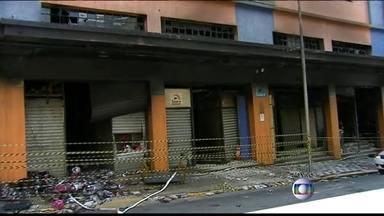 Shoppings e galerias da 25 de Março têm poucas saídas de emergência - Apesar de ser o paraíso dos consumidores, a região tem milhares de lojas com prédios sem segurança. O subsolo do prédio que pegou fogo não tinha ventilação nem saída de segurança.