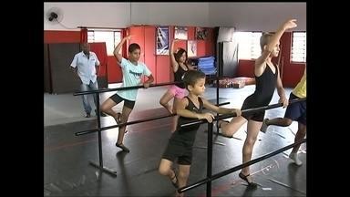 Professor cria projeto para ensinar dança para crianças e adolescente em Lençóis Paulista - Um professor de dança de Lençóis Paulista está realizando o sonho de ver crianças e adolescentes longe das ruas. Ele decidiu criar um projeto para ensinar a arte da dança.
