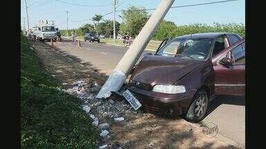 Motorista perde o controle da direção e atingiu poste de energia em Franca, SP - Motociclista de 21 anos também bateu em árvore e está em estado grave na cidade.
