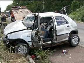 Acidente em Barra do Guaicuí deixa cinco pessoas mortas e duas feridas - Dois carros de passeio colidiram na BR-365 no km-140.