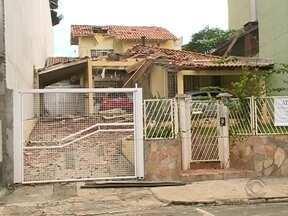 Parede de prédio em construção cai e atinge três casas em Chapecó - Parede de prédio em construção cai e atinge três casas em Chapecó