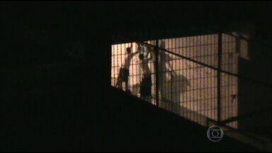 Menores que fugiram da Fundação Casa são recapturados no interior de SP - Menores usaram um extintor para abrir um buraco na parede. Os adolescentes se renderam pouco depois da chegada de um grupo de apoio da Fundação Casa, que entrou junto com um negociador.