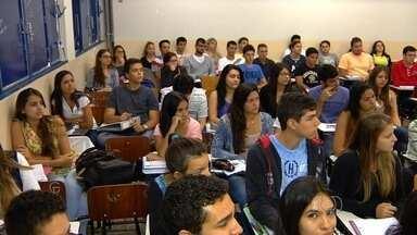 Estudantes questionam análises das notas do Enem - A partir de segunda-feira (19) os estudantes que fizeram o Enem poderão se inscrever no Sisu. O problema é que muitos reclamam dos critérios para análises das notas.