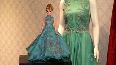 Bonecas ganham visual fashion criado por profissionais do Sul do Rio - Lojas de roupas femininas apostou no brinquedo como protagonista de uma exposição.