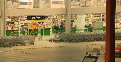 Homens assaltam supermercado, em Santa Rita, mas acabam presos - Eles roubaram a arma do segurança, fizeram vários disparos, assustaram clientes e na fuga foram pegos pela polícia.