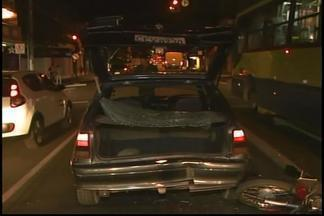Acidente deixou trânsito complicado em Divinópolis - Uma moto bateu na traseira de um veículo.Motociclista foi lançado no vidro traseiro e sofreu ferimentos leves.