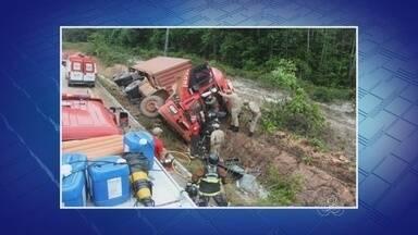 No AM, caminhão bate em barranco na BR-174, e motorista fica preso às ferragens - Acidente aconteceu no KM 45 da rodovia.