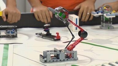De olho em competição, estudantes montam e transforam peças de plástico em robô - Torneio de robótica será realizado em fevereiro.