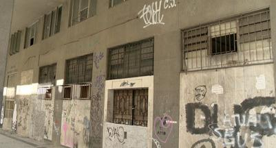 Prédios históricos dão espaço a pichações, no Centro de Vitória - O secretário de Segurança Urbana de Vitória. Fronzio Calheira, disse que o cidadão que flagrar os pichadores em ação deve denunciar ligando para o disque-denúncia.
