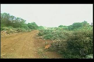 Descarte irregular de lixo é verificado em via de Ituiutaba - Secretário confirmou que local é limpo a cada 15 dias. Algumas pessoas, no entanto, não respeitam e seguem descartando lixo.
