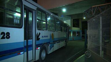 Manifestantes atiram pedras em empresa e ateam fogo em ônibus - Manifestantes atiram pedras em empresa e ateam fogo em ônibus.