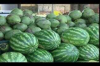 Consumo de sucos aumenta em Uberaba por causa do calor - Sucos naturais são procurados no calor por clientes. Preços das frutas continuam estáveis.