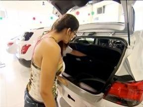 Consumidores aproveitam o IPI reduzido para comprar um carro novo - Nas concessionárias ainda há veículos produzidos no ano passado.