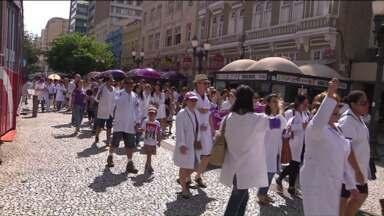 Servidores públicos protestam no centro de Curitiba - Os servidores públicos da saúde reclamam principalmente da falta de estrutura para trabalhar e do pagamento de reajustes.