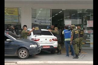 Assaltantes em fuga fazem reféns em farmácia - Três homens invadiram farmácia após tentativa de assalto.