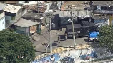 Tiroteio entre traficantes de facções rivais leva medo para o Morro do Juramento, no Rio - Os bandidos montaram barricadas para tentar impedir a passagem da polícia.O comércio fechou e o metrô ficou parado por horas