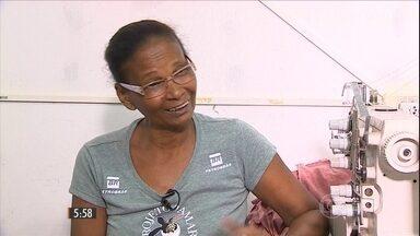 Mulheres que viviam do beneficiamento de mariscos agora ganham a vida como costureiras - Elas trabalham para o projeto Tamar, que preserva as tartarugas, em Sergipe.
