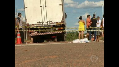 Menino de quatro anos morre atropelado por caminhão em Montes Claros, no Norte de Minas - O pai da criança é ajudante de caminhoneiro e estava no banco do carona quando houve o acidente.