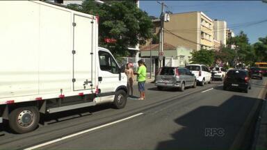 Engavetamento envolvendo quatro veículos deixa trânsito lento no Centro de Curitiba - O acidente ocorreu na Rua Brigadeiro Franco e envolveu um dos carros da equipe de reportagem da RPC.