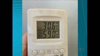 Calor faz funcionários do Hospital da Zona Norte restringir o trabalho - A falta de um exaustor na cozinha do hospital deixa a temperatura ambiente acima dos 50 graus. Em protesto, funcionários diminuíram o trabalho e a comida dos servidores.