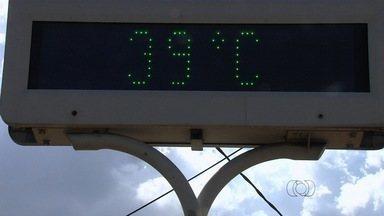 Goianos reclamam das altas temperaturas registradas no estado - Termômetros já marcaram 39ºC neste mês, enquanto a média dos outros anos era 29ºC.