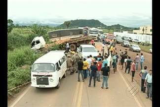 Duas pessoas morrem após acidente na PA-275, entre Parauapebas e Curionópolis - De acordo com a PRE, o motorista de um carro pequeno fez uma ultrapassagem proibida e acabou provocando a colisão entre uma carreta e um caminhão que fazia um carregamento de tijolos.