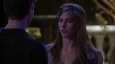 Bianca conta para Henrique que reatou o namoro com Duca - O ator promete respeitar a posição da moça