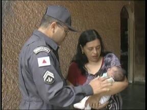 Bombeiro visita bebê que ele ajudou a salvar em Governador Valadares - Criança de 11 dias havia se engasgado com ar.