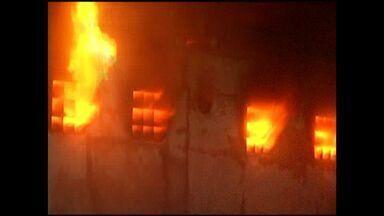 Fogo atinge prédio de quatro andares em Cachoeiro, no ES - Três pavimentos do local foram consumidos.Corpo de Bombeiros esteve no local e controlou o fogo.