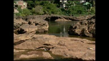 Baixo nível do Rio Itapemirim preocupa cidades do Sul do ES - Não chove em Cachoeiro de Itapemirim há cerca de 40 dias.Moradores de Divino São Lourenço e Alegre já mudaram hábitos.