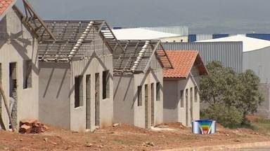 Dez famílias invadem obra paralisada de conjunto habitacional em Taubaté - Prefeitura informou que vai entrar na Justiça por reintegração de posse.