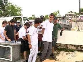 Corpo do surfista Ricardo dos Santos é sepultado em Paulo Lopes - Corpo do surfista Ricardo dos Santos é sepultado em Paulo Lopes