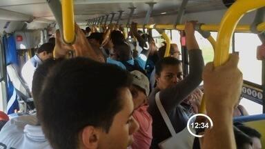 Passageiros enfrentam ônibus lotado entre São José e Jacareí - Reportagem flagra lotação no coletivo.