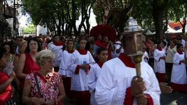 Fiéis de Barra Mansa, RJ, participam da procissão em homenagem a São Sebastião - Nem o calor espantou a multidão guiada pela força do santo padroeiro.